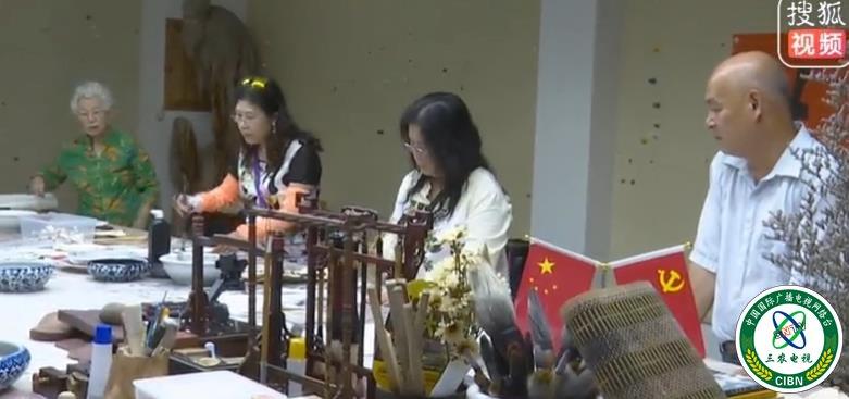 """台湾艺术家一行到安徽铜陵采风交流 一幅大型集体画作点染""""两岸一家亲"""""""