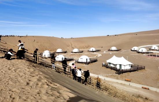甘肃省民勤县:春节假日 沙漠雕塑国际创作基地迎来旅游高峰